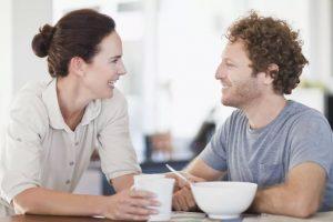 رفتار با همسر در جمع - سایت همسرانه