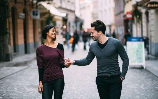 رفتار با همسر در جمع